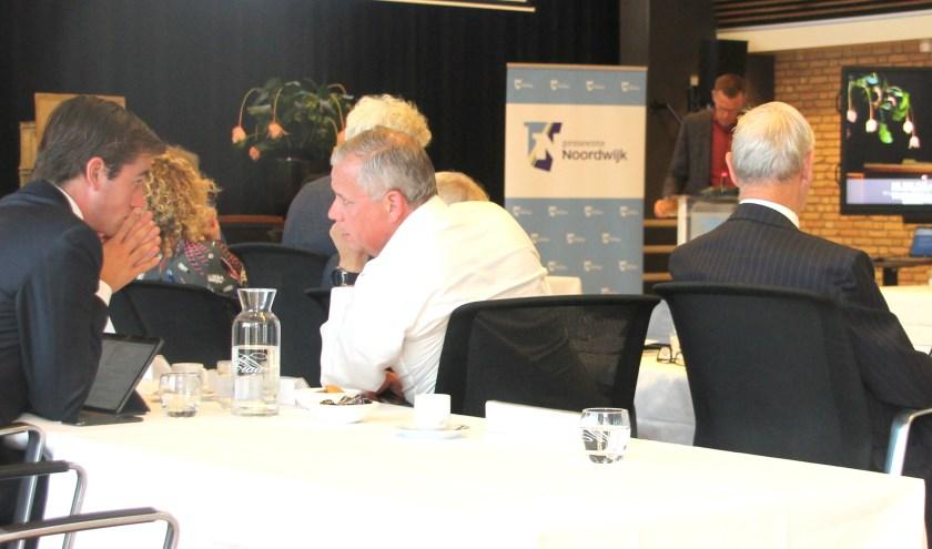 Even overleg tussen Bas Knapp en zijn fractievoorzitter. Wel of geen extra vergadering afdwingen?   Foto: W. Siemerink