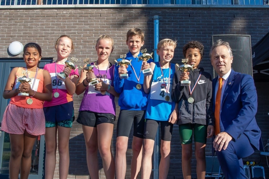 Wethouder Willem Joosten reikte de bekers uit aan de snelste jongens en meisje op de KidsRun. Foto: J.P.Kranenburg © uitgeverij Verhagen
