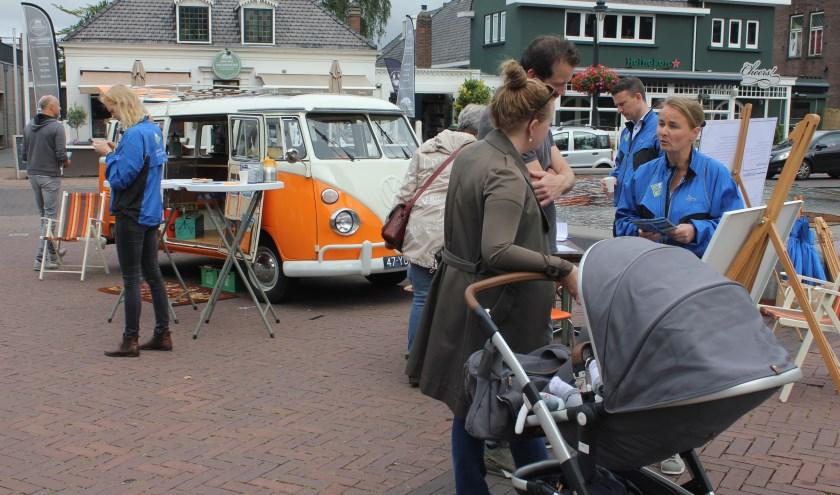 Inwoners wordt in de Herenstraat gevraagd naar hun mening over het centrum van Voorhout. | Foto: NK