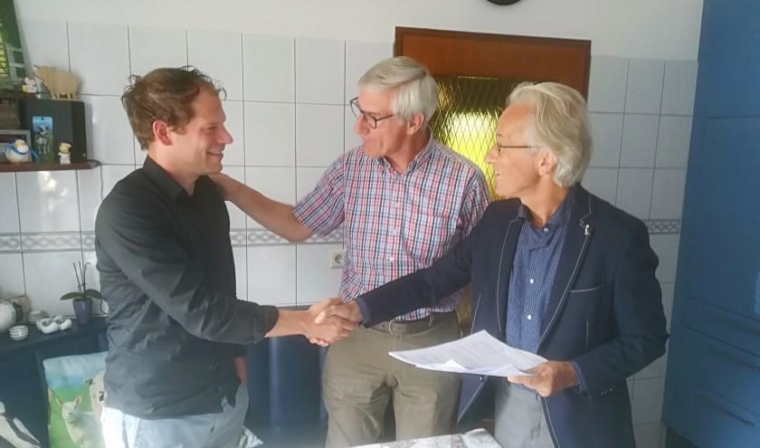 V.l.n.r. Marc de Bruin (Eneco), Jos Atteveld (bestuurslid Rijnland Energie) en Rob Boerée (voorzitter Rijnland Energie) bij de ondertekening van de samenwerkingsovereenkomst.