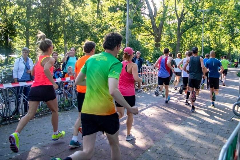 En ze zijn weg. De deelnemers aan de 6,3 en 10,3 kilometer leggen hun eerste meters af vanaf het startpunt bij voetbalvereniging RCL in De Bloemerd.