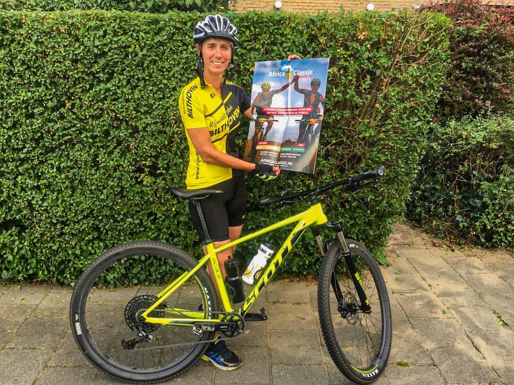 Margriet van Goeverden fietst voor Amref Flying Doctors. | Eigen foto Foto:  © uitgeverij Verhagen