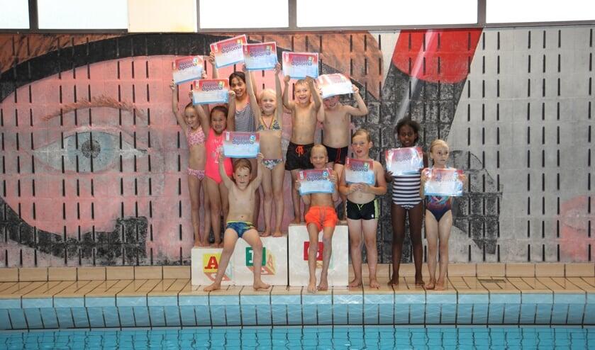 Trots tonen de zwemmers hun B- of C-diploma.