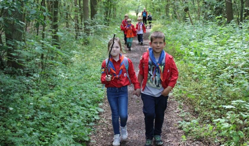 Renske en Rens hand in hand de paden op de lanen in. | Foto: met dank aan Bart van Teijlingen.