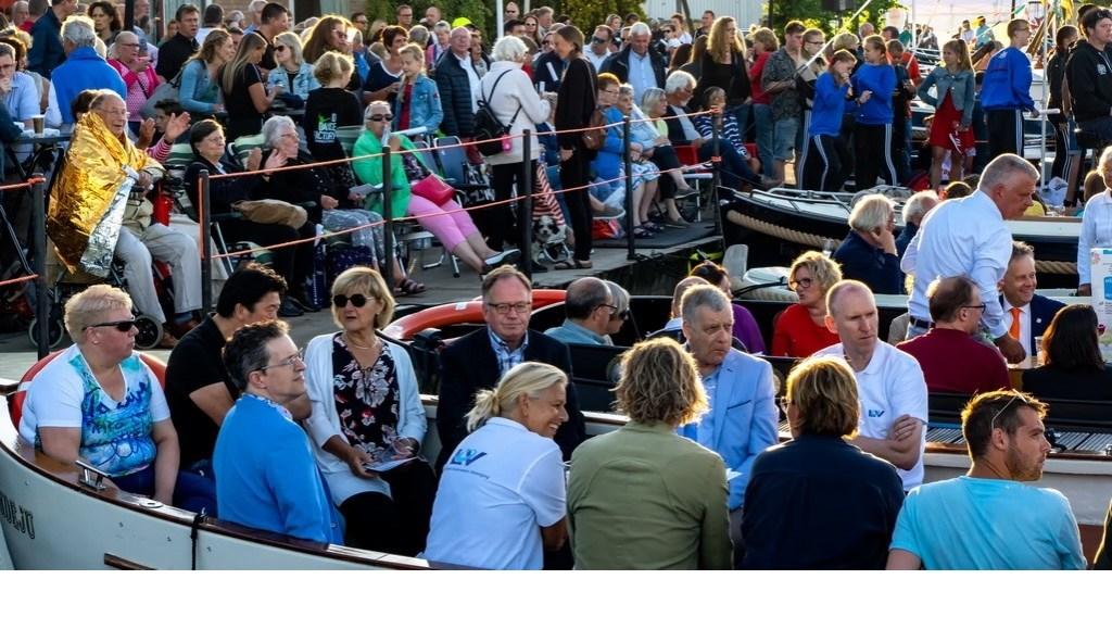 Drukte in bootjes en op de wal. Foto: Johan Kranenburg © uitgeverij Verhagen