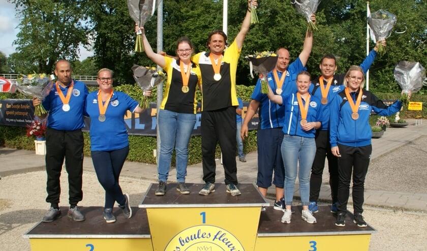 Het podium van het NK Petanque voor Mix-teams met als winnaars het duo Ellen Walrave en Marwin van Diermen uit Bergen op Zoom.
