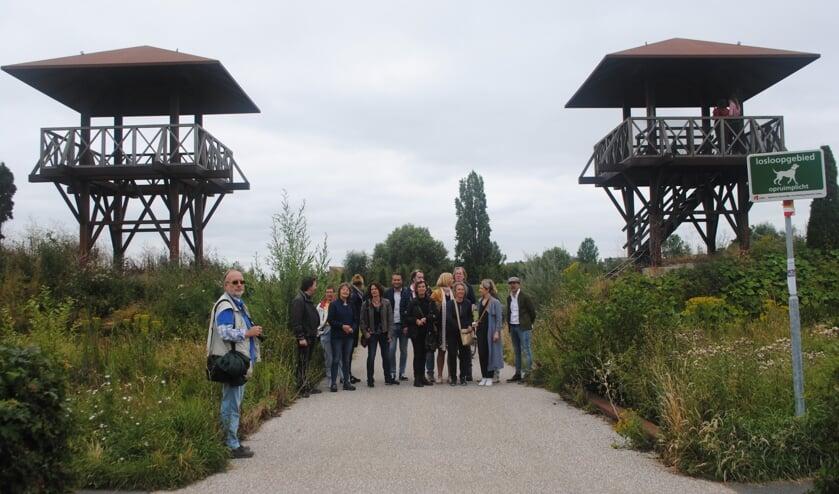 Een deelnemersgroep aan de vaartocht bewondert in het archeologisch park Matilo de nagebouwde wachttorens.