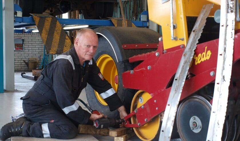Jubilaris René Havenaar repareert een 'doorzaaimachine'. | Foto: Piet de Boer