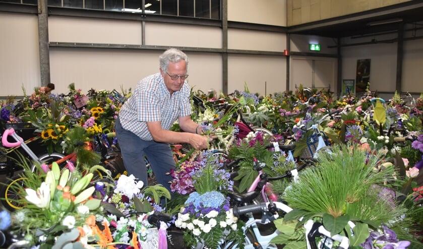 Harry Didden is een van de vrijwilligers die de bloem toeven op de fietsen heeft gemaakt. | Foto: CvdS.