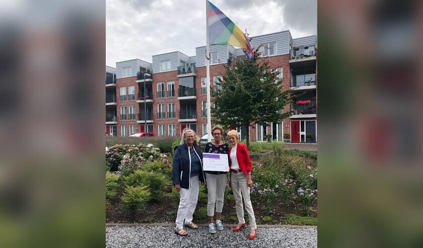v.l.n.r.: Mary Braam, Ankie Jochemsz (bewonersvereniging) en Tiny Oostdam (Rabo coöperatiefonds). Gijs Beukhof, de initiatiefnemer van het AED-project, kon bij de uitreiking niet aanwezig zijn. | Foto: PR