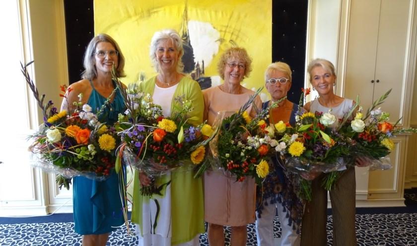 De organisatie van de kunstroute werd in de bloemetjes gezet.   Foto: Ina Verblaauw