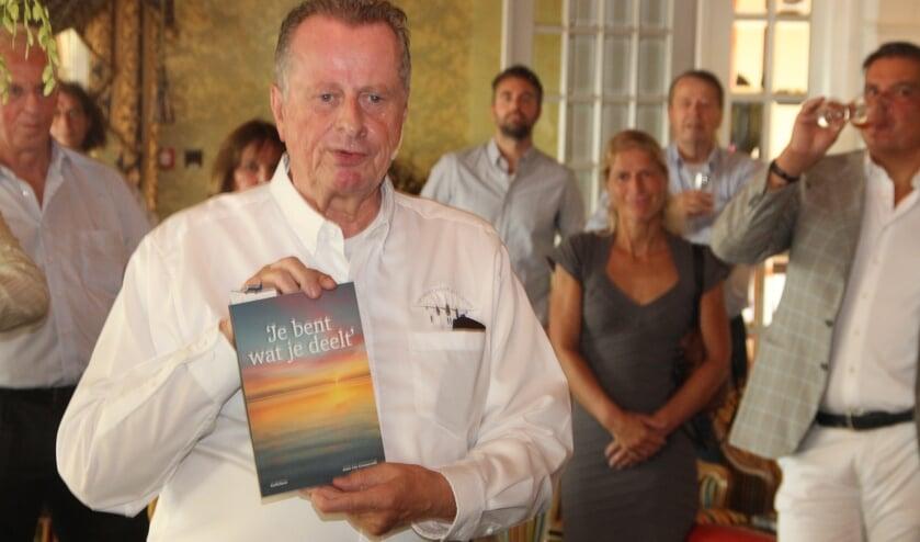Anne Cor Groeneveld presenteert  zijn gedichtenbundel 'Je bent wat je deelt'. | Foto: Wim Siemerink
