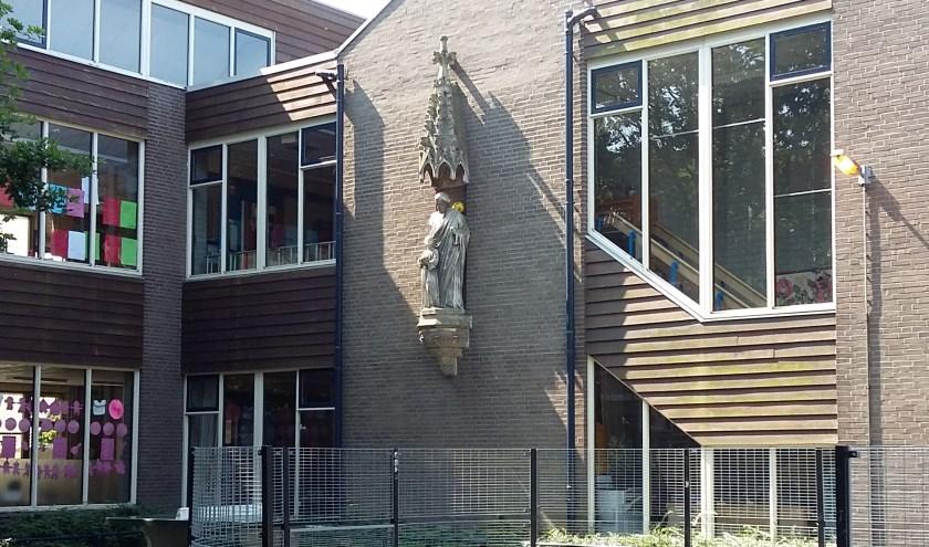 Het beeld bij de vorige locatie van de Josephschool. Hopelijk komt het heel van de gevel, dan kan het zijn plek krijgen bij de Oude School.