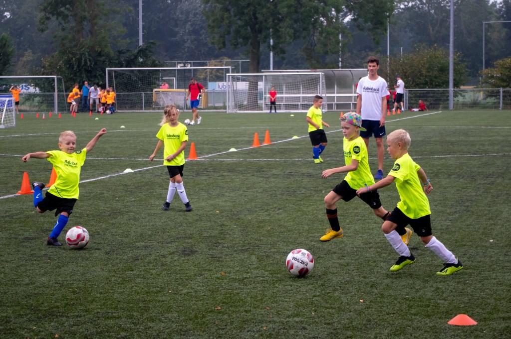 Tijdens de voetbalstart krijgen de kinderen na de vakantie het balgevoel weer terug met speelse techniektrainingen. Foto: J.P.Kranenburg © uitgeverij Verhagen