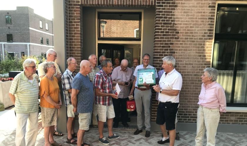 Vrienden voorzitter Hans Lommerse ontvangt de AED uit handen van Gert van Eijk. | Foto: pr