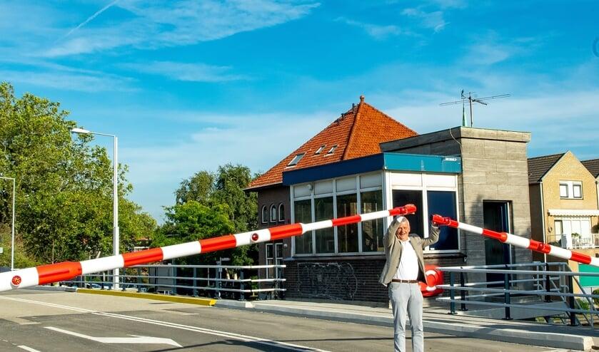 Wethouder Daan Binnendijk bij de nieuwe slagbomen die prima blijken te werken.