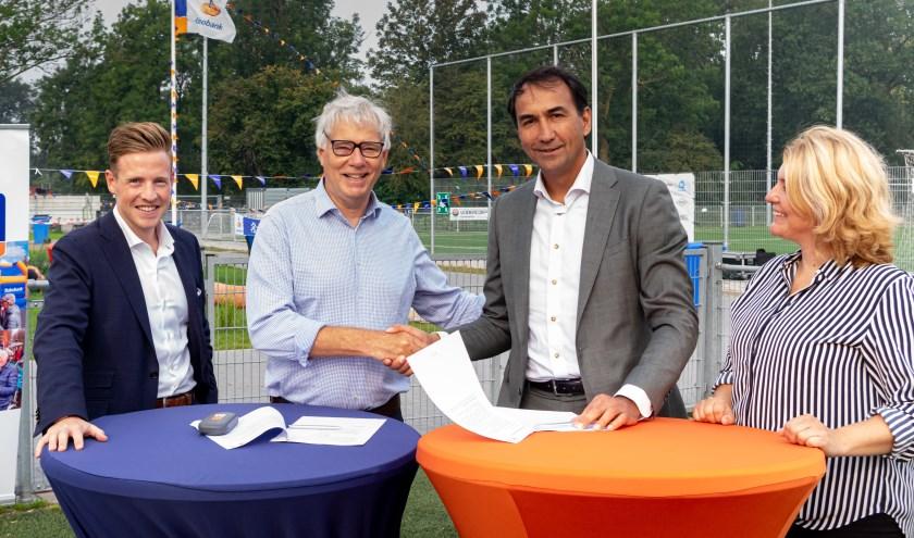 Onder toeziend oog van Rens van den Tol en Priscilla Akerboom Rabobank medewerkers betrokken bij vv RCL, werd  het contract ondertekend door RCL voorzitter Dick van der Bijl (2e van links) en Rabobank directievoorzitter Erik Versnel.