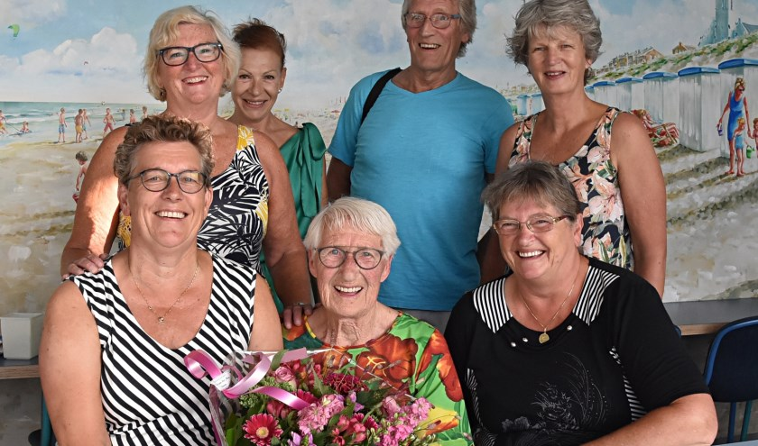 Annie Paauw werd verrast door haar zwemmaatjes Arie, Anja, Trijnie, Gerda en Ans. | Foto: Piet van Kampen