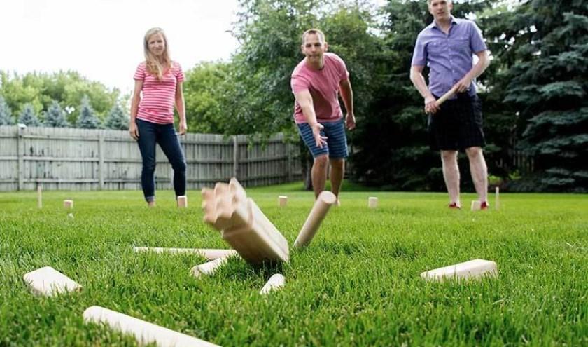 Je kunt kubb spelen als je 5 bent, maar ook nog als je 80 bent. Daarom is het een ideaal spel om met een vriendengroep, gezin of familie te spelen.  | Foto: PR