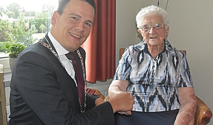 Loco-burgemeester Gerard Mostert jr. feliciteert de jarige namens de gemeente. | Foto: Piet van Kampen.