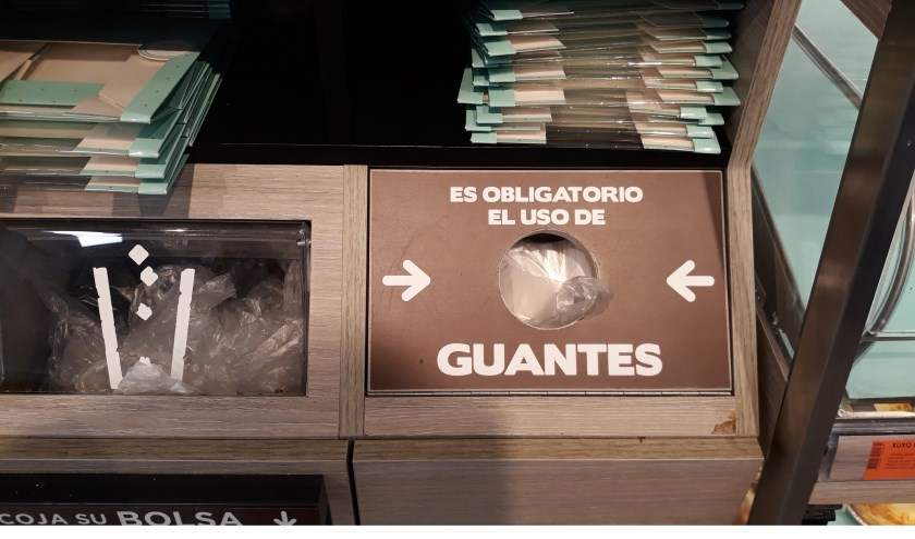 Als men in Spanje koekjes, broodjes of croissants pakt in de zelfbediening, is het verplicht dat met een gehandschoende hand te doen.