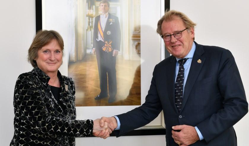 Jon Hermans bij haar aanstelling tot waarnemend burgemeester. Rechts CvK Jaap Smit. | Foto: archief