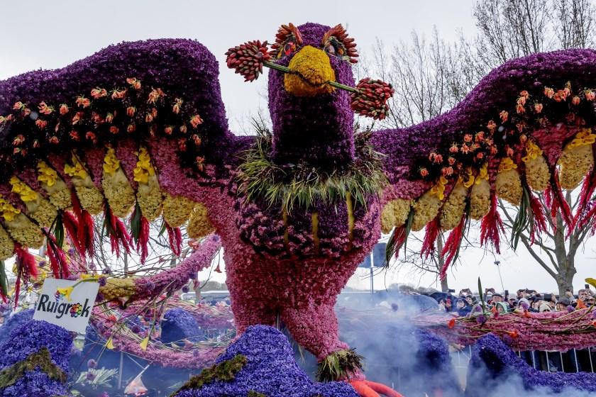 De praalwagen Rise of the Phoenix wordt voor de dahliadagen gestoken met dahlia's en is te bewonderen in de tuin van het kasteel.