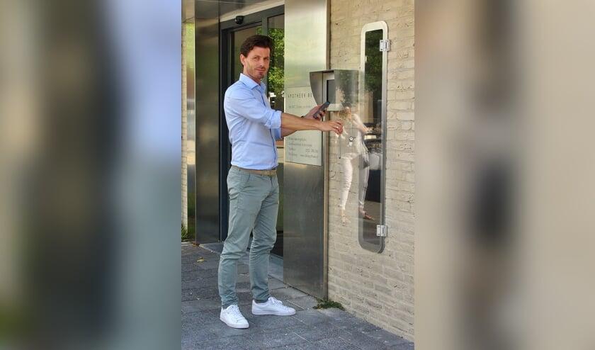 Apotheker Michiel Grijsen bij de nieuwe uitgifterobot voor medicijnen aan de Lijtweg. | Foto Willemien Timmers