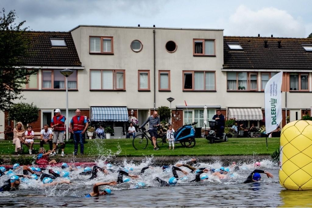 Deelnemers aan de Olympische afstand naderen de eerste keerboei. Foto: J.P.Kranenburg © uitgeverij Verhagen