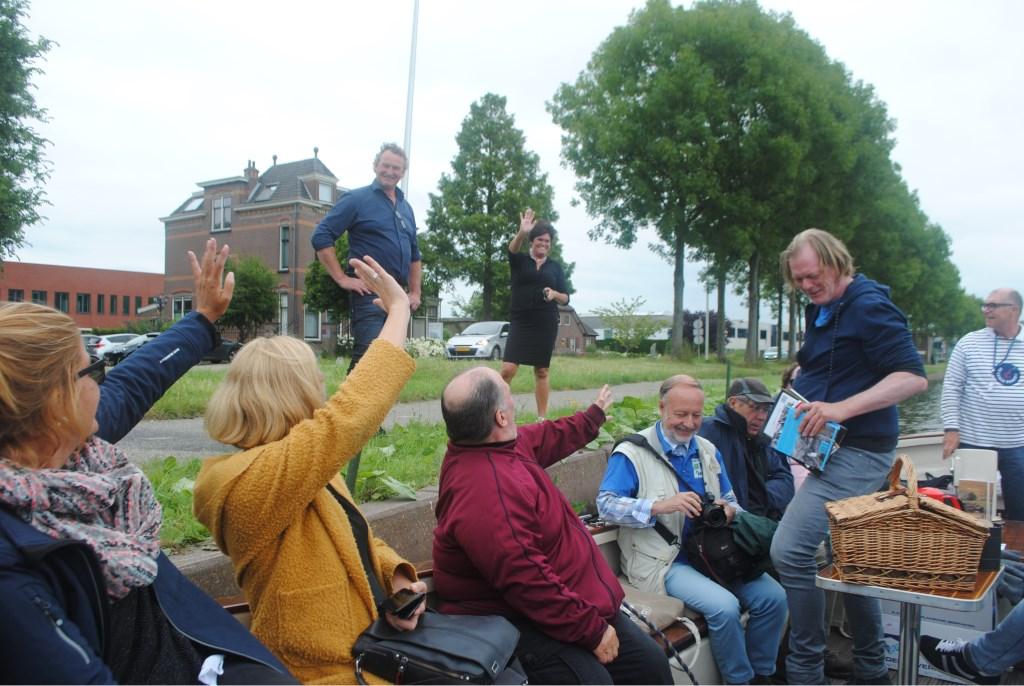 Aad en Jantine Dorrepaal van Hoeve Dijkzicht zwaaien hun gasten uit na de Romeinse lunch. Staand in de boot gids en archeoloog Tom Hazenberg.  © uitgeverij Verhagen