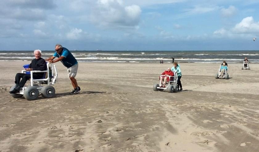 Zonnebloemers op het strand van Katwijk.