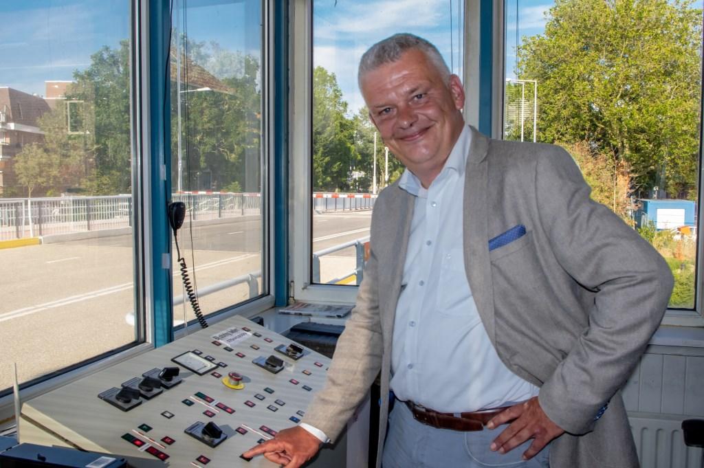 Met een druk op de knop opende wethouder Daan Binnendijk de slagbomen van de gerenoveerde Stierenbrug.  Foto: J.P.Kranenburg © uitgeverij Verhagen
