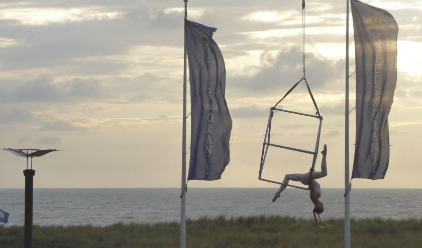 Acrobatiek, muziek, humor en vreemde vogels: de vaste ingrediënten voor Cirque des dunes. | Foto: Ina Verblaauw