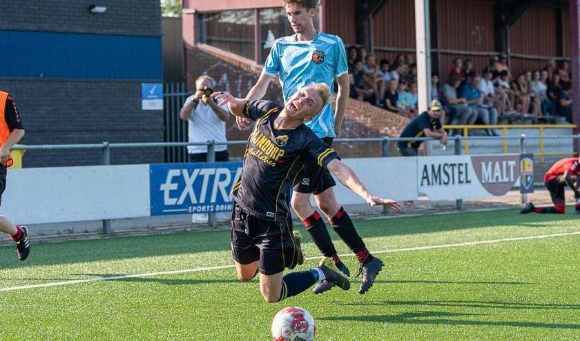 Lodewijk Bloemzaad krijgt een vrije trap mee waaruit een doelpunt zal worden gescoord. | Foto lichtenbeldfoto.nl