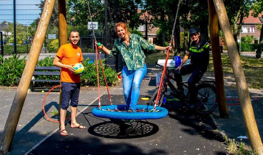 V.l.n.r. jongerenwerkers Mimoun Ben Aissa en Lise Huitema en wijkagent Wim van Dijk op het Hubrechtplein.
