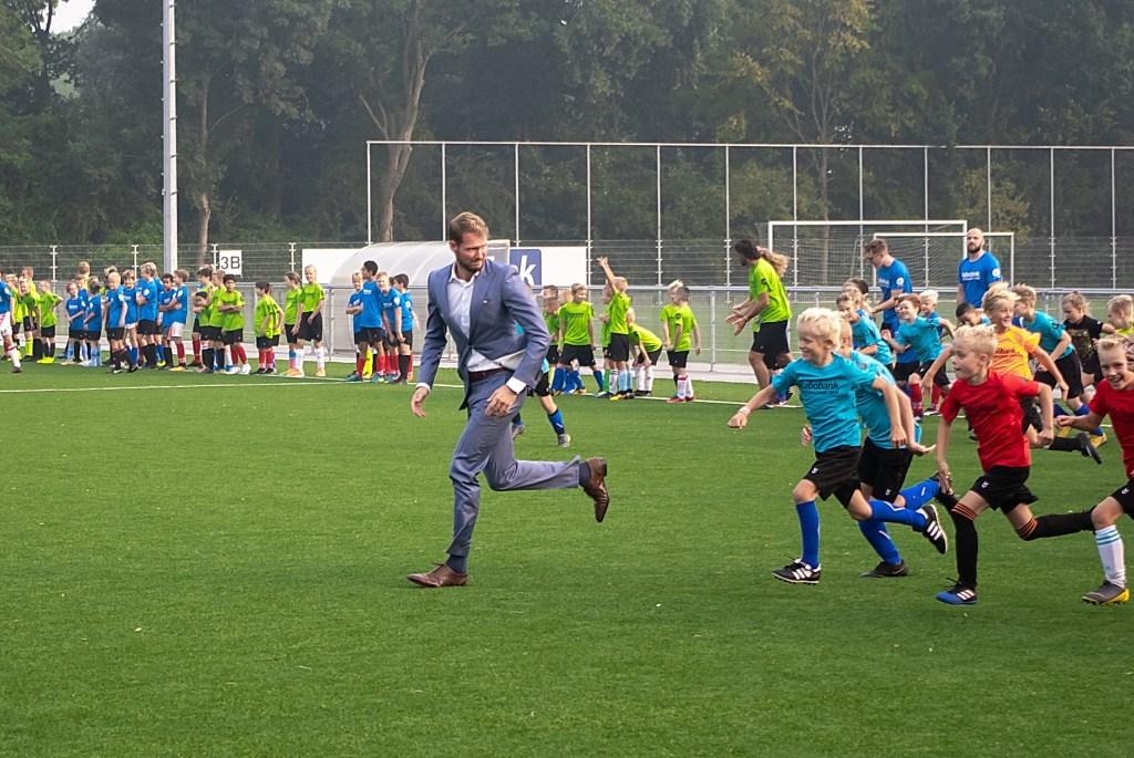 Eerst elftalspeler Thom Wijnalda ging voor in de warming-up.  Foto: J.P.Kranenburg © uitgeverij Verhagen