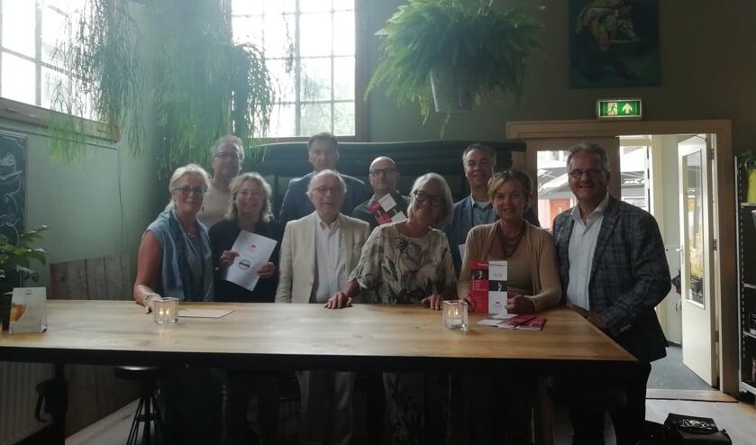 sponsoren geflankeerd door voorzitter Anne Scheltes (voorste rij eerste van links) en penningmeester Arjo van Trigt (achterste rij tweede van links | Foto: Mette Tros