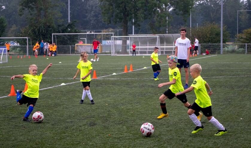 <p>Speelse techniektraining tijdens de voetbalstart van 2019. | Foto: J.P. Kranenburg</p>