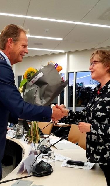 Bloemen en mooie woorden voor Aleid Ringelberg. | Foto: VVD Hillegom.