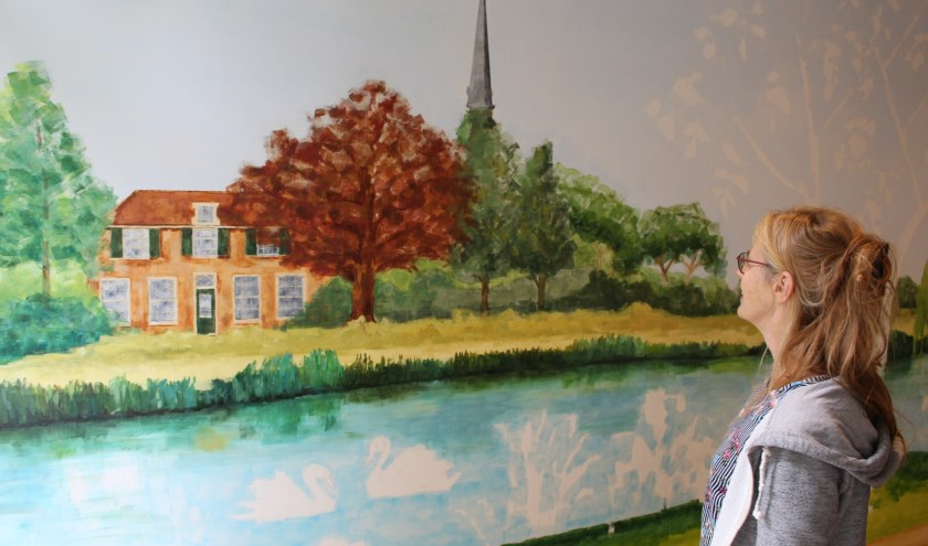 Machtelt IJdo maakt een muurschildering vol symboliek. | Foto: EvE