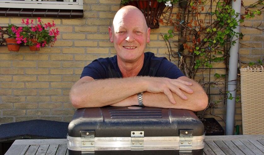 Theo Juffermans met zijn onafscheidelijke koffertje met gereedschap. |