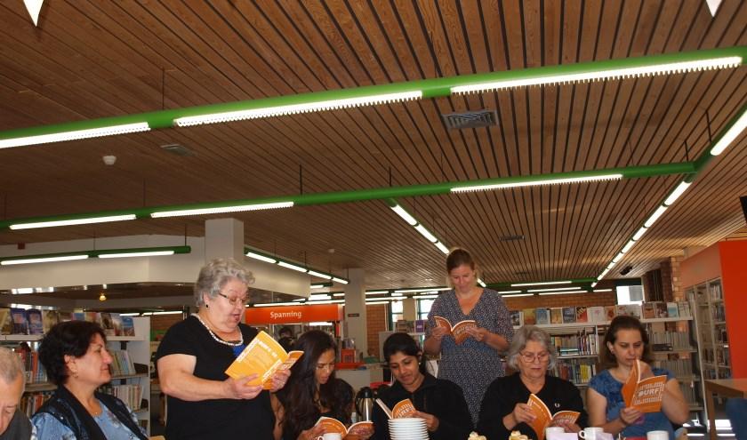 Ana leest haar eigen gedicht voor tijdens het Taalcafé in Sassenheim. Foto: Piet de Boer