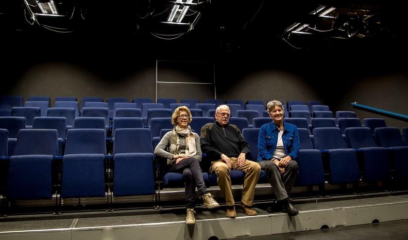 Het bestuur van het Filmhuis Leiderdorp in de theaterzaal van Toverlei die ook dienst doet als filmzaal. De minibioscoop wordt gedurende de verbouwing van De Sterrentuin verplaatst naar een zaal van de Scheppingskerk.