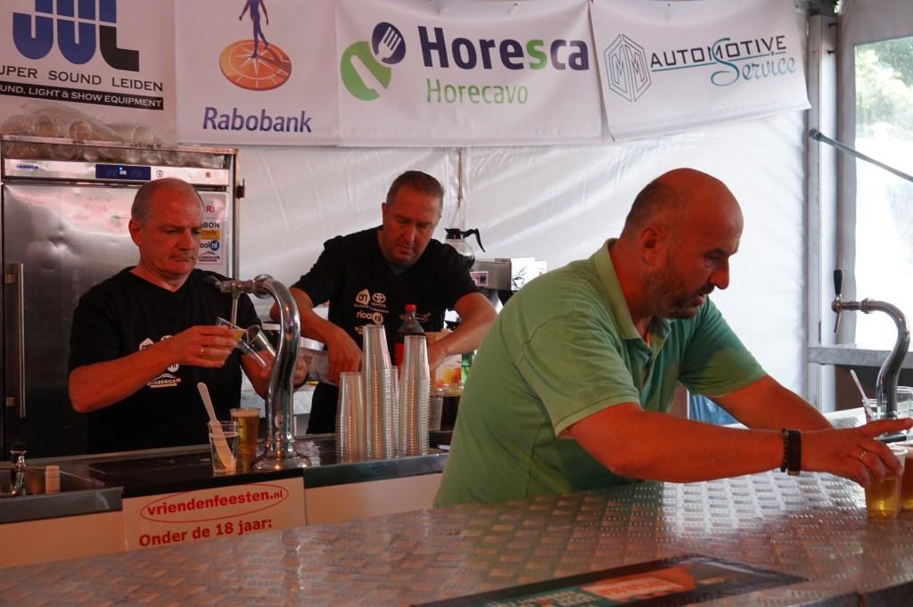 Vrienden achter de bar. Fried de Rave levert biertjes af. Foto: Corrie van der Laan © uitgeverij Verhagen