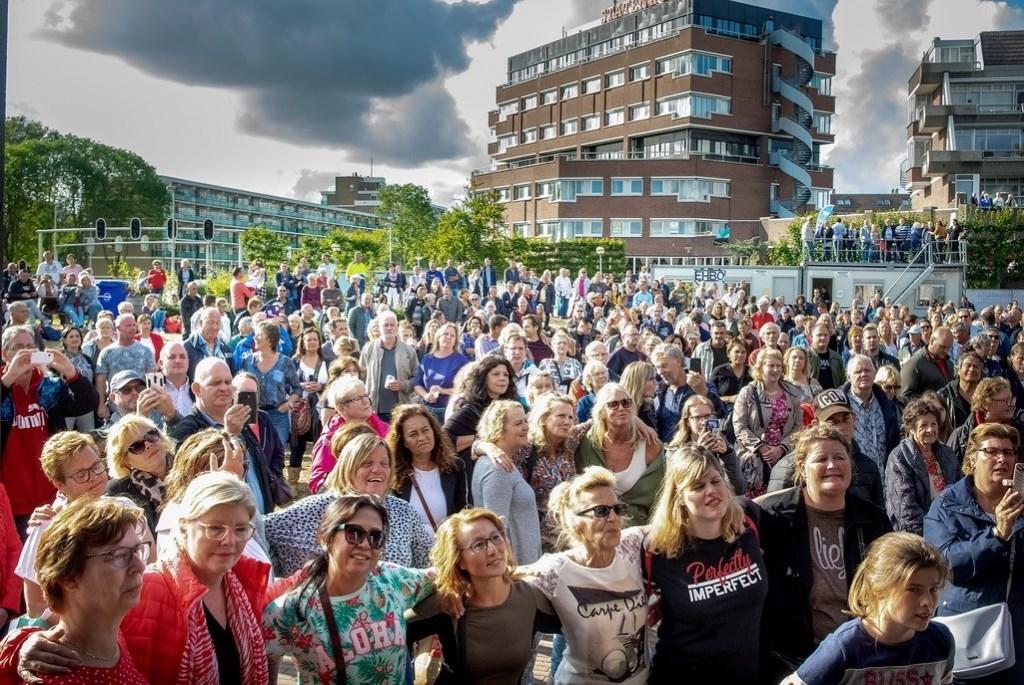 Drukte bij het optreden van Ruth Jacott. Foto: J.P.Kranenburg © uitgeverij Verhagen