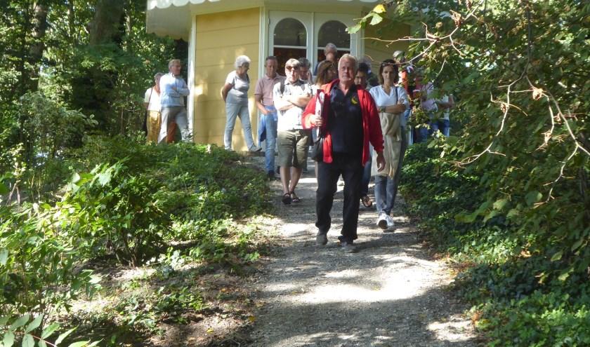 Gids Hennie van der Zalm leidt een groep door landgoed Calorama. | Foto: Ina Verblaauw