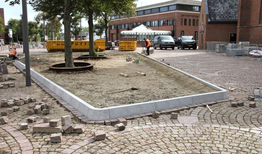 Eerst worden de plantenbakken aangebracht en daarna worden de betonnen palen verwijderd. | Foto: WS