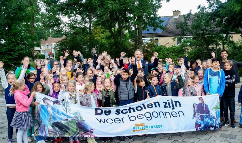 De kinderen van de Regenboog vragen aandacht voor de actie 'De scholen zijn weer begonnen'.