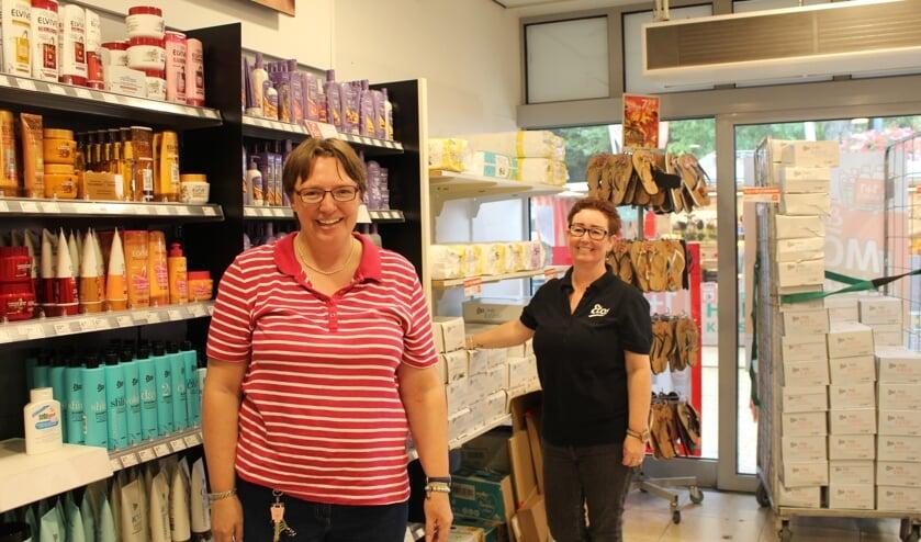 Daniëlle aan het werk, samen met collega Monique Brandt. | Foto: EvE