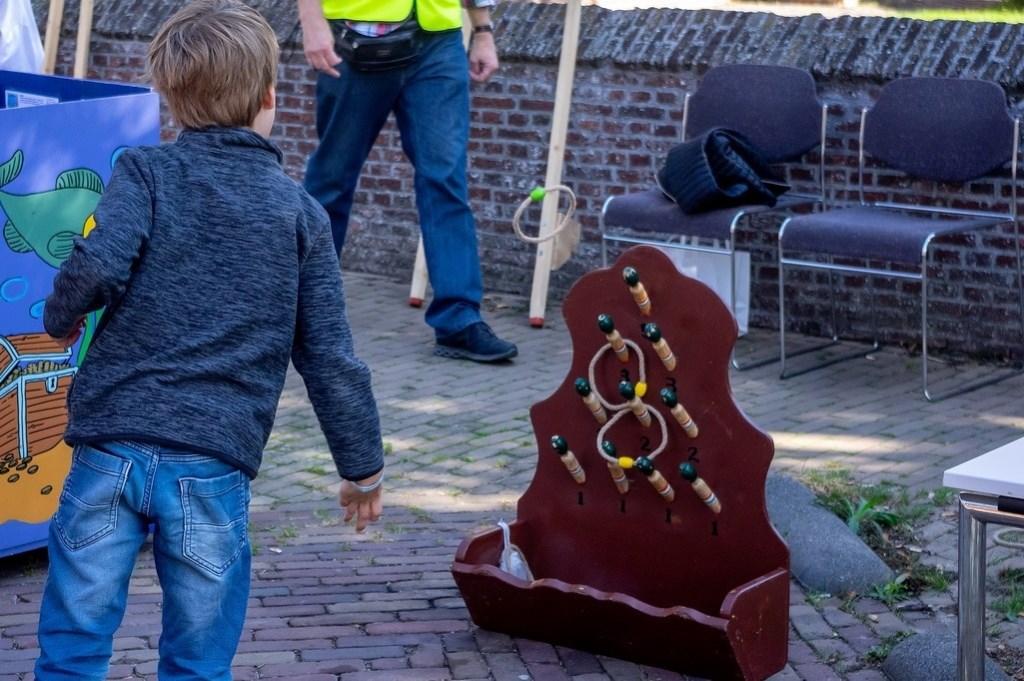 Kinderen konden tegenover café-restaurant De Hollandsche Tuyn oud-Hollandse spelletjes doen. Foto: J.P.Kranenburg © uitgeverij Verhagen